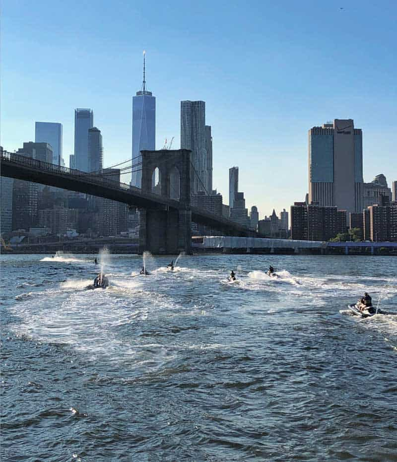 Jetski tour rider op de waterwegen van de manhattan in de buurt van Brooklyn bridge